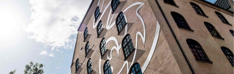 Byggnad med 3 logga på