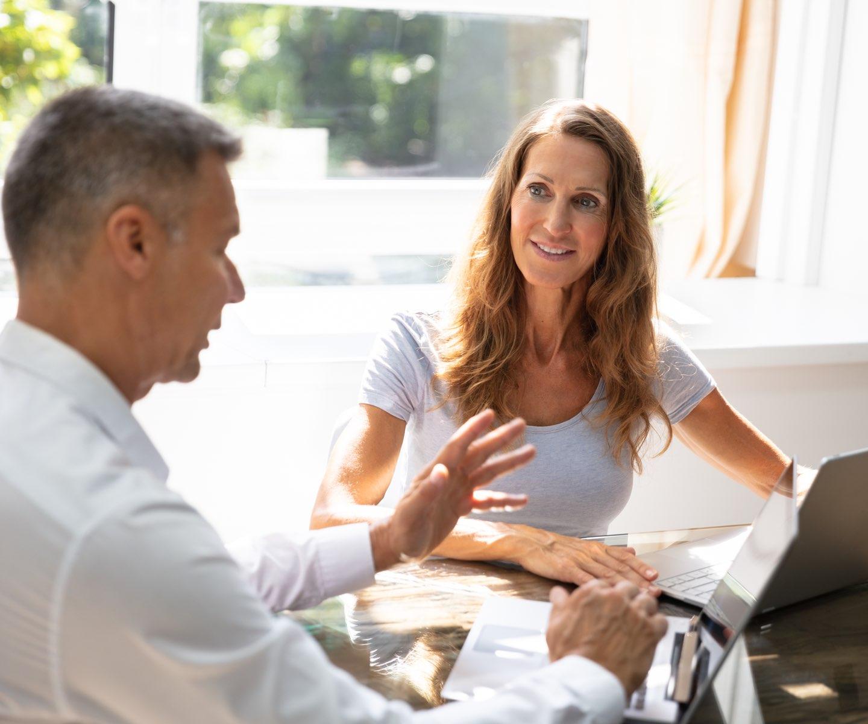 Man och kvinna pratar i kontorsmiljö