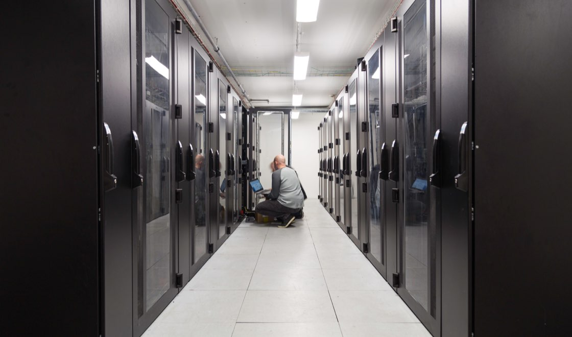Människor i serverhall