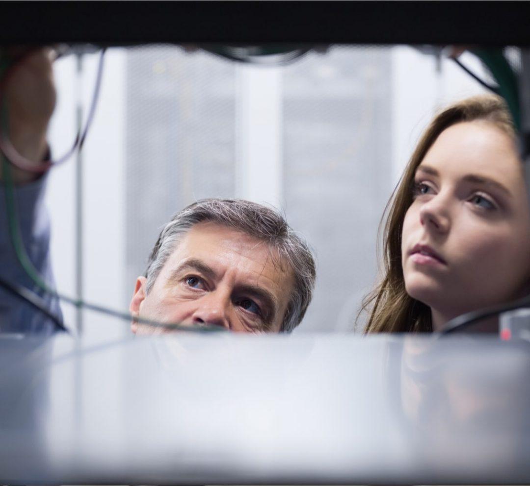 Närbild på man och kvinna i serverhall
